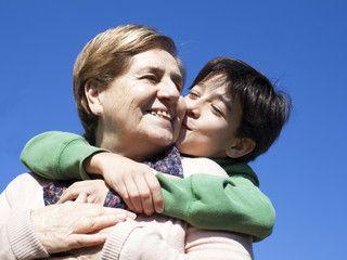 Nieto besando a su abuela