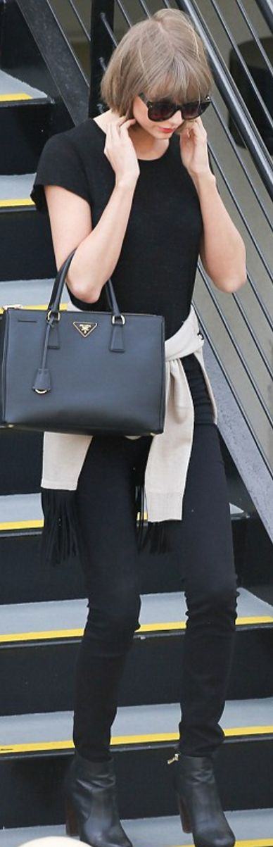 Who made  Taylor Swift's tote handbag, skinny jeans, gray sweater, and ankle boots?
