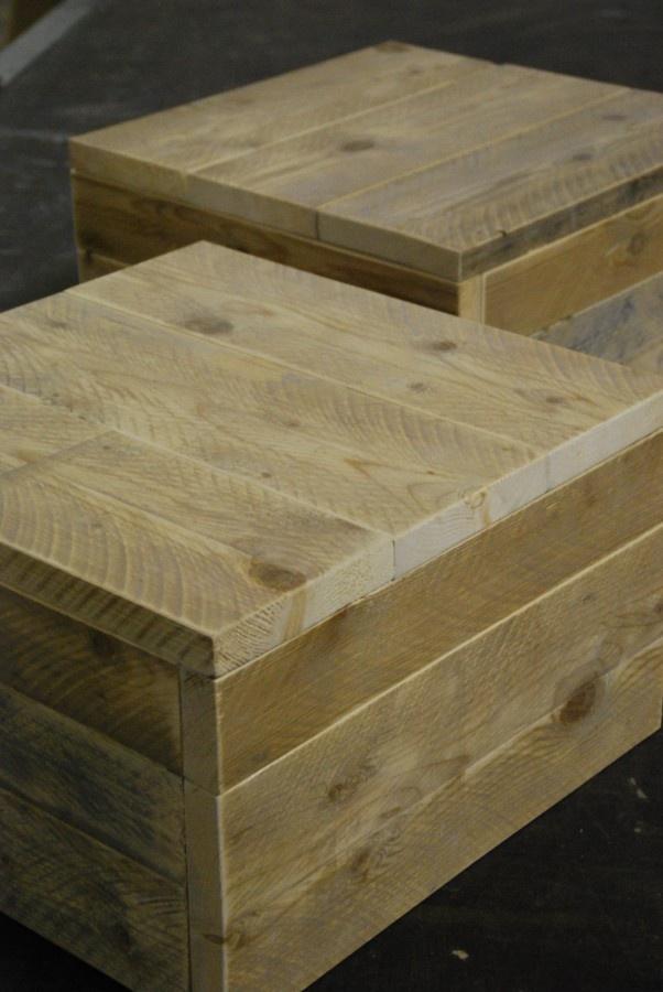 Salontafel van steigerhout, type Birmingham. Robuuste steigerhouten / steigerplanken tafel / meubelen. De getoonde afbeeldingen zijn in bijna ieder gewenste maat verkrijgbaar. afbeelding: Salontafel , zwevend op wielen komt op € 87.50 per stuk. L 50 B 50 H 35