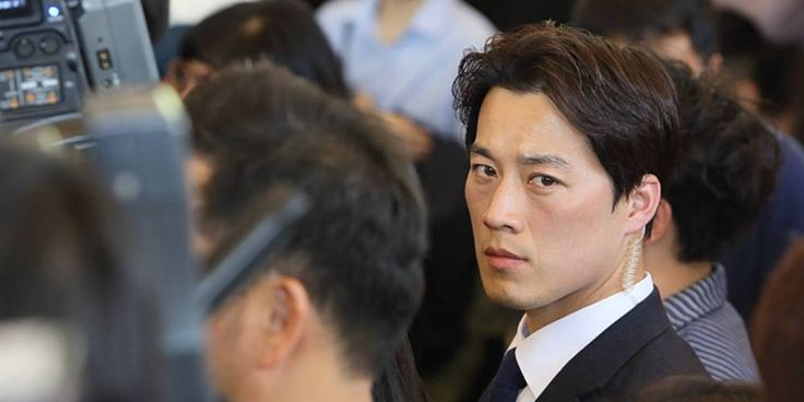 Netizens can't take their eyes off of this handsome security agent protecting the new Korean president http://www.allkpop.com/buzz/2017/05/netizens-cant-take-their-eyes-off-of-this-handsome-security-agent-protecting-the-new-korean-president