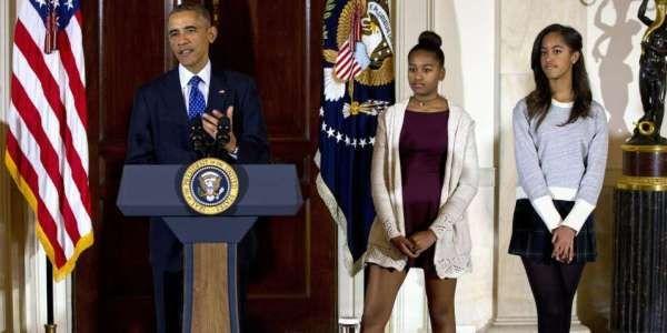 « Même les rituels de la Maison-Blanche ne peuvent pas rivaliser avec la force la plus puissante que l'homme n'est jamais connu : le mépris d'un ado » Barack Obama et ses deux filles, Sasha et Malia