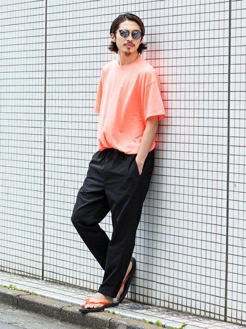 エスニックムードのイージーパンツはテーパード型を採用し、スラックスのような雰囲気。 ネオンカラーのTシャツやビーチサンダルで着崩したアーバンスタイル。