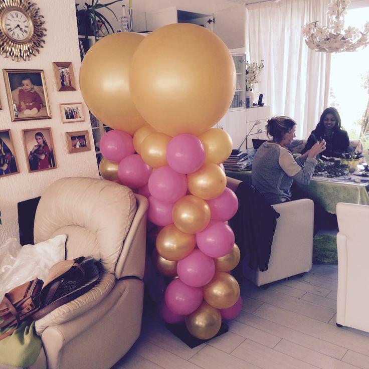 Fuchsia met Gouden ballonnen pilaar. Een 90 cm grote ronde topper erop!