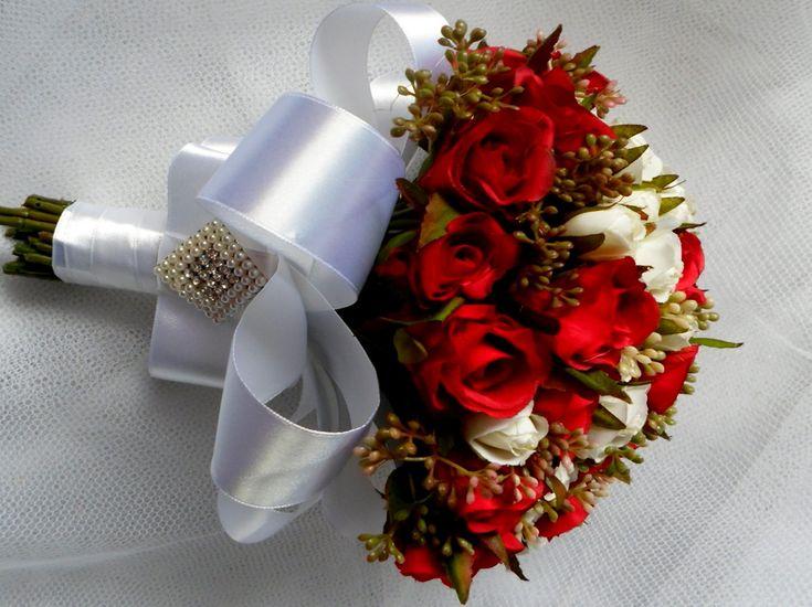 Buque de porte pequeno-  Lindíssimo buquê de noiva confeccionado com mini rosas de seda . Disponível nas cores vermelho,pink,pink e rosa e vermelho e branco.  o cabo é envolvido em cetim.  Fazemos o buque para daminha (40,00)