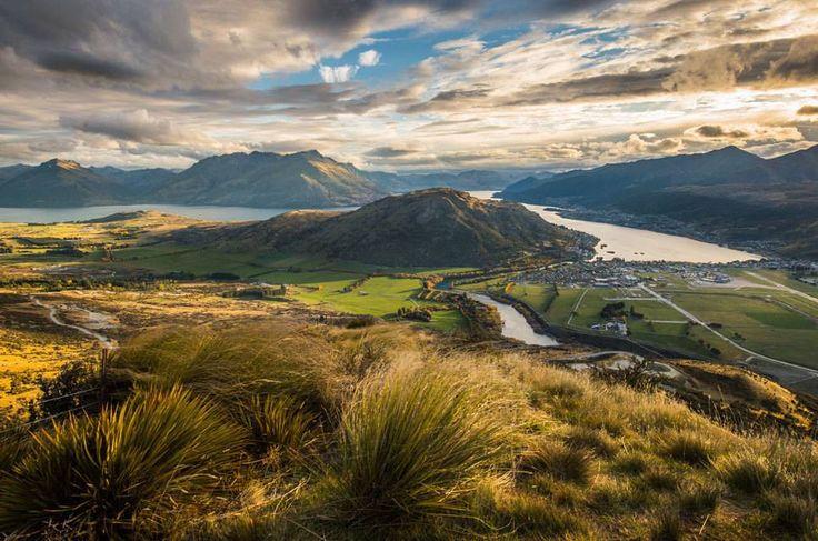 Der außergewöhnliche Reichtum an unterschiedlichen Landschaften macht Neuseeland zu einem ganz besonderen Reiseziel für Abenteurer und Naturliebhaber. Ein Naturschauspiel folgt auf das nächste: Man kann weiße Sandstrände, kilometerlange Bergketten, grüne Ebenen, subtropische Urwälder, aktive Vulkane und abgeschiedene Fjorde bestaunen – und das alles auf einer Fläche in der Größe von Italien. TRAVELBOOK nimmt Sie mit auf eine Foto-Rundreise zu den schönsten Orten Neuseelands.