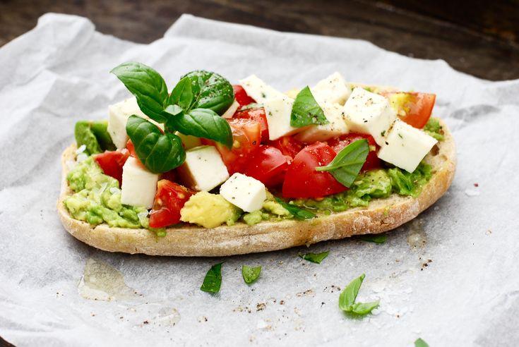 Sommarlunch, sommarpicknick eller lätt sommarmiddag♥ Att rosta surdegsbröd, breda på solmogen avokado och toppa med små söta solmogna tomater, mozzarella, basilika och en fin olivolja......