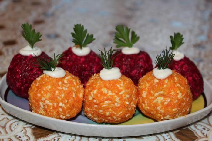 Ингредиенты: - Свекла - 2 штуки - Морковь - 3 штуки - Сыр маложирный - 100 грамм - Яйца - 2 штуки - Чернослив - 50 грамм - Орехи - 50 грамм - Натуральный йогурт - 200 грамм- Соль - по вкусу Способ приготовления: 1