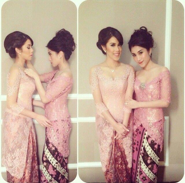 Sisters in kebaya pink^^