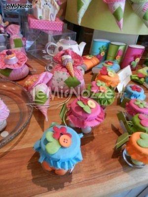 http://www.lemienozze.it/operatori-matrimonio/bomboniere/bomboniere-nozze-roma/media/foto/12  Vasetti per le conserve con coperchi ricamati, un'idea per le bombeniere da matrimonio