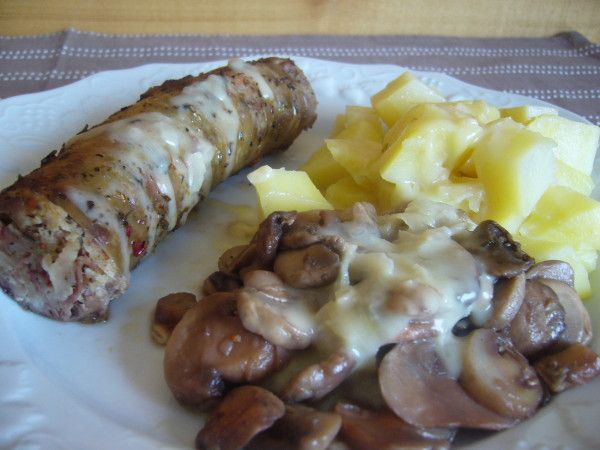 ANDOUILLETTE AU VOUVRAY (andouillettes, pommes de terre, échalotes, champignons de Paris, vin blanc sec (Vouvray), moutarde, crème fraîche, maïzena, huile d'olive, sel & poivre)
