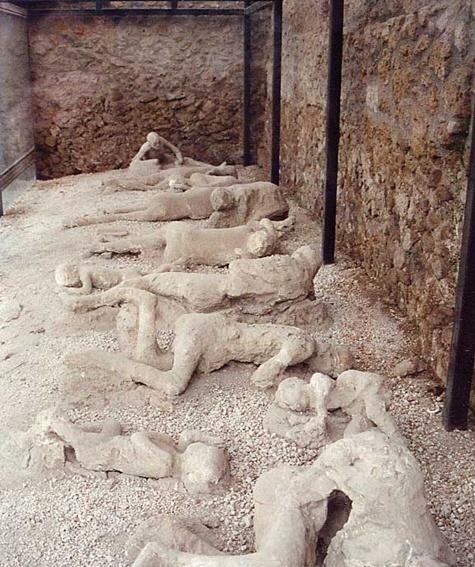 이것은 폼페이 유적의 일부이다. 폼페이는 발굴된 고대의 도시로, 화산재에 의해 뭍혀진 곳이다. 화산재에 왜 뭍히나? 이럴 수 있지만 화쇄류라는 화산재, 암석들의 폭풍이 지표를 따라 내려오는 것은 시속 수백킬로와 수백도의 온도로 매우 위협적이다. 차마 피하지도 못한 사람들의 모습이 보인다.