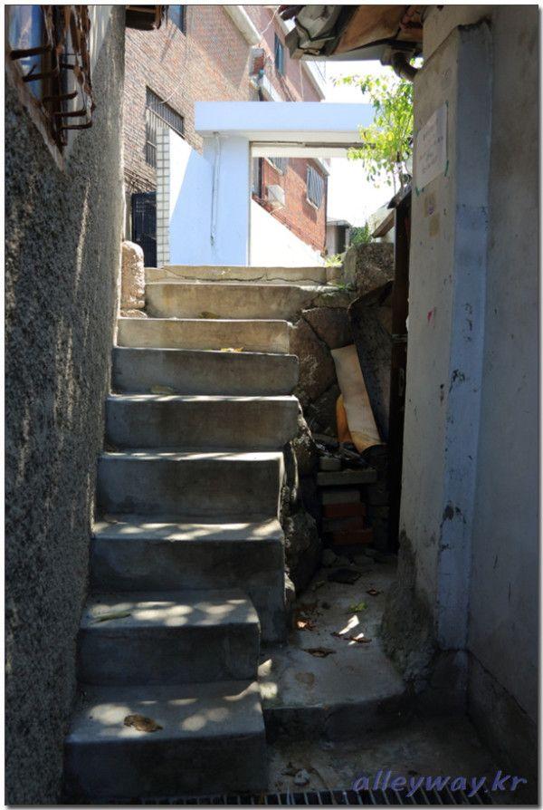 권영성 @alleyway_kr / 조용한 골목, 계단을 오르는 발소리가 들렸다. 아쉬운 여름은 한발 한발 느릿느릿 올라가고 있었다.  여름은 가을에 등 떠밀려 마지못해 걸음을 옮기고 있었다. 2013.8.25. 신당동 / 서울 중 신당 / #골목 #골목길 #비탈 #계단 / 2013 10 23 /