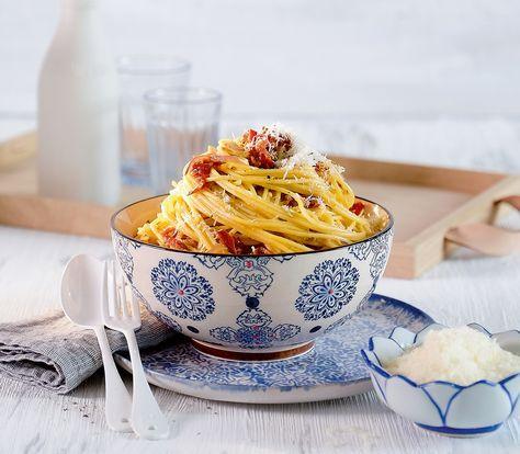 Im Original werden Spaghetti Carbonara mit Speck zubereitet. Wir ersetzen ihn durch Dörrtomaten und finden, dass diese Version der «echten» Carbonara köstliche Konkurrenz macht.