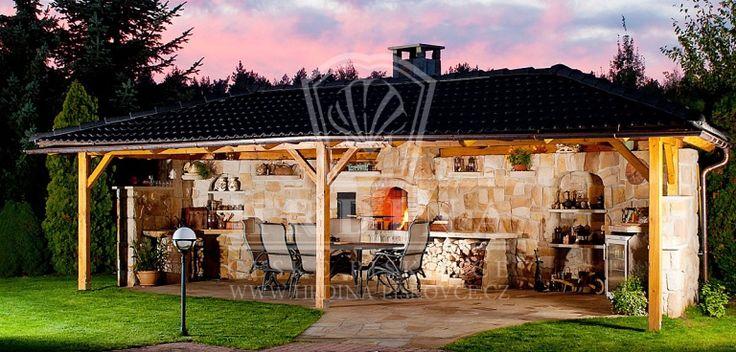 Kamenná zahradní kuchyně ve stylu grilovacích domů ve Španělsku