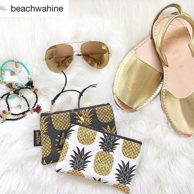 Must have accessoires ✨ Fashion clutches by Sandy Feet Hawaii, gold glitter pineapples fabric design by #mirabelleprint.