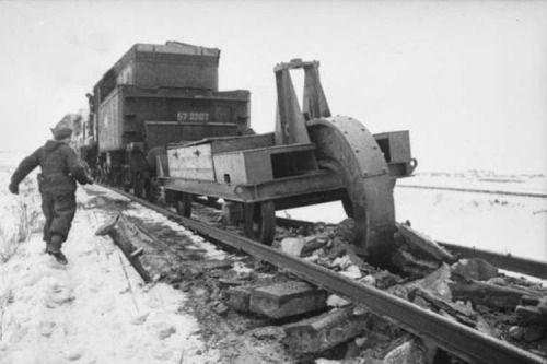 Schienenwolf - az eke által használt visszavonuló német hadsereg, hogy elpusztítsa railoroad pálya, 1945 [[MORE]] Itt láthatja, hogy az intézkedés