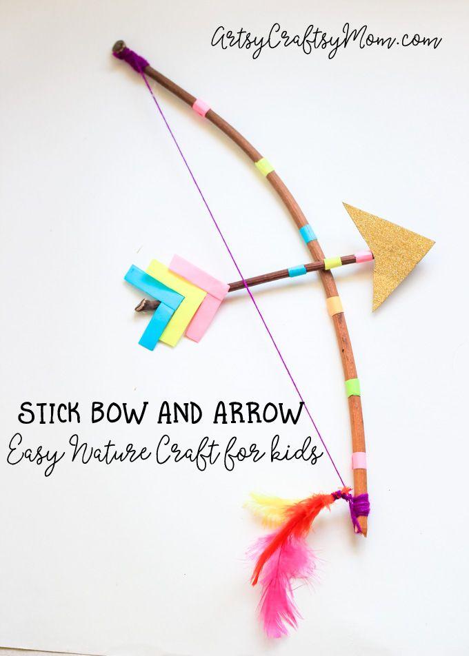 Hacer un arco y la flecha del palillo del arte para los niños con una ramita y un poco de hilo.  Ahora todo lo que queda por hacer es poner a prueba su arco y la flecha de bricolaje con un poco de práctica de tiro!  Perfecto como un arco de Cupido y prop traje de flecha o de una nave Naturaleza divertido.