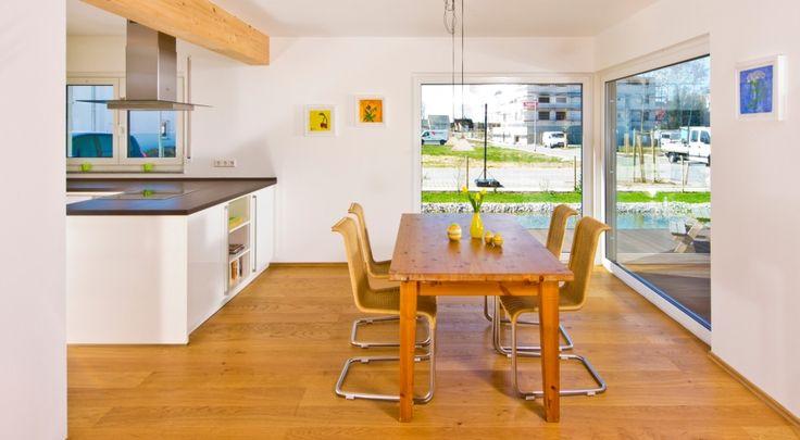 Esstisch aus Holz vor bodentiefen Fenstern Esszimmer Pinterest - esszimmer mobel vertraute atmosphare stuhle