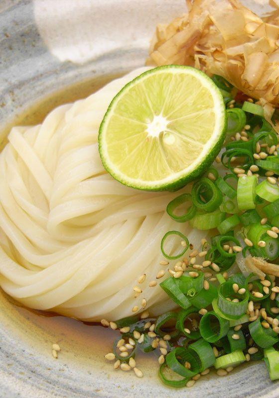 一年中楽しめる♩時短でおいしいうどんのレシピまとめ - macaroni ▶6、徳島特産のすだちと讃岐のぶっかけうどん