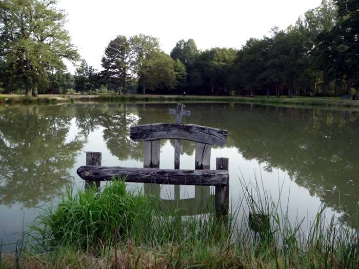 Chaon -    Étang communal - site d'exposition d'oeuvres in situ pour la Biennale 2013 de Sculpt'en Sologne