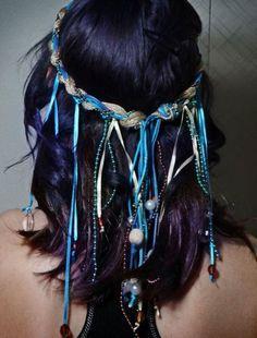 Headband trançado com fios diversos soltos na parte de trás