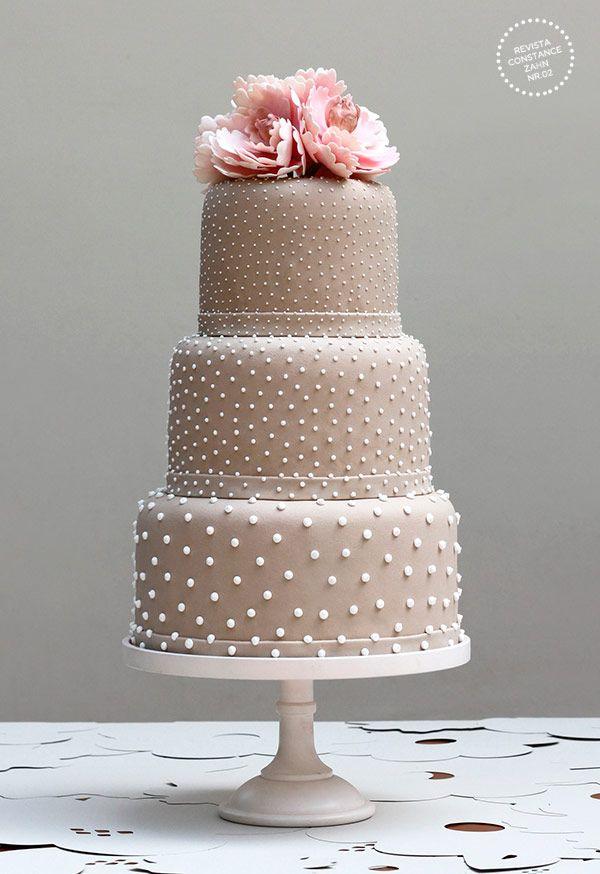 Bolo de casamento de pois - três andares com bolinhas brancas em diferentes tamanhos - flores de açúcar rosa no topo ( Bolo: Isabella Suplicy )