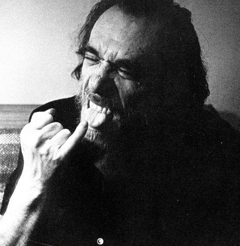 """Em sua obras,Charles Bukowski sempre deixou suasopiniões e pontos de vista, um tanto quanto pessimistas, bem claros. Porém, mesmo seu estilo sujo e áspero não foi capaz de escapar da terrível sina de muitos escritores, que vêem fragmentos de seus textos sendo distorcidos e estampados em redes sociais soba falsa identidade de citação """"fofinha"""" ou [...]"""
