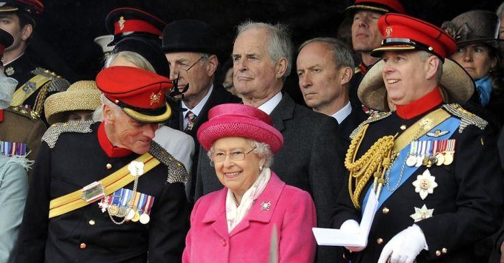 Horas depois do anúncio do nascimento de sua bisneta, a Rainha Elizabeth II usou casaco e chapéus cor de rosa em um evento em Richmond Castle, na Inglaterra. Ela participou de uma parada militar para a criação de um novo regimento de proteção à soberana. Segundo a mídia britânica, a roupa - desenhada por Karl Ludwig - foi escolhida especialmente para celebrar o nascimento de sua bisneta, a quarta na linha de sucessão real