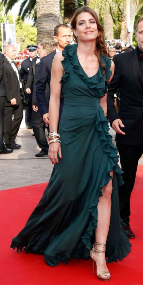 <p>Carlota Casiraghi se llevó numerosos elogios por este elegante vestido verde con volantes de Gucci -firma de la que es imagen- con apertura…