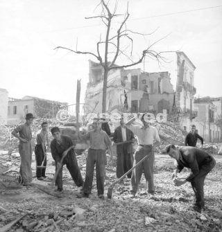 Foggia Italia squadre set 1943 rimuovere le macerie dopo i bombardamenti alleati_foggia bombardamento