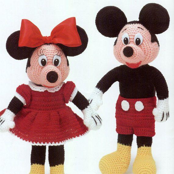 Téléchargement immédiat PDF Mickey et Minnie Mouse  Crochet classiques peluches. Superbes cadeaux ! Jouets finis sont environ 12ins haut lorsque vous êtes assis Poids de laine peignée ou Double Knitting yarn et 3,75 mm crochet crochet requis  Idéal pour les contes !   Ce vintage 1970 s US au crochet modèle a été amélioré numériquement et converti en un fichier PDF qui peut être téléchargé dès paiement sest dégagé  Motif imprime sur 12 feuilles de papier