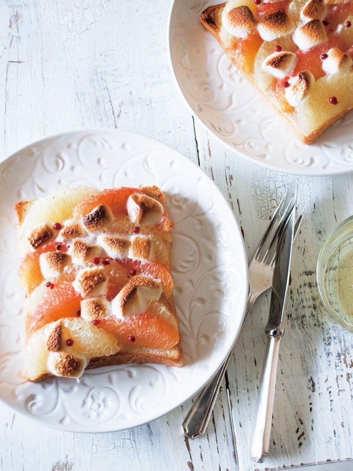 トーストがおしゃれで上品なデザートに大変身。とろけたマシュマロがソースのようにグレープフルーツにからみ、まさにデザート感覚で味わえる。酸味と甘みのバランスも最高に。 『ELLE a table』はおしゃれで簡単なレシピが満載!