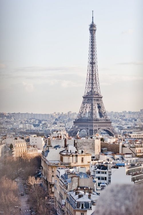 """JULIO RAMÓN RIBEYRO, SCRITTI APOLIDI  """"Certi pomeriggi primaverili a Parigi, come questo di oggi, soleggiato, dorato, non si vivono, ma si prendono a spicchi e si mangiano come un mandarino. E a tal fine non c'è niente di meglio che i tavolini all'aperto di un caffè, una bibita tonificante, una vacanza dall'attenzione, un lasciare che il nostro sguardo a riposo riceva e archivi le immagini del mondo, senza preoccuparsi di trovarvi ordine, senso o priorità. Essere solamente il vetro…"""