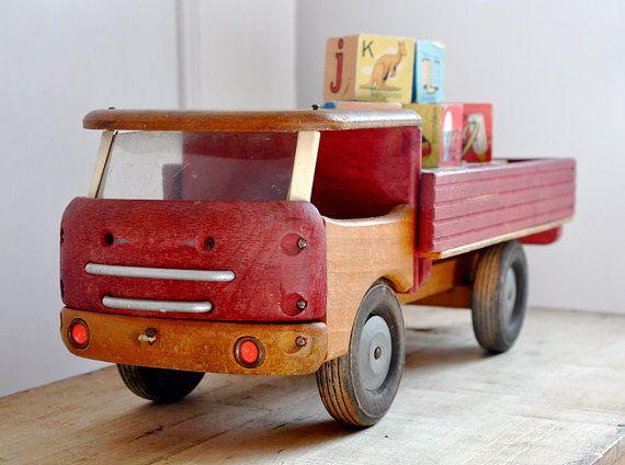 Un camion-jouet en bois Français vintage. Nice sculpté en bois pneus, pare-brise intact, espace pour arranger les blocs, jouets, livres, fournitures artistiques. Idéal pour recueillir, décorer une chambre denfant, ajoutant une touche de fantaisie à une boutique, atelier ou studio.  Condition : Le bois est un peu endommagé sur le dos, dessous et à droite. Le dessus de la cabine semble usée, deux crayons à dessiner marques et les restes de colle légèrement perceptible, mais les signes dusure…
