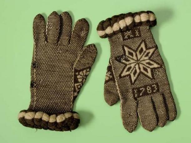 Paar gebreide handschoenen van bruin met witte wol met bolle rand langs de pols   Modemuze