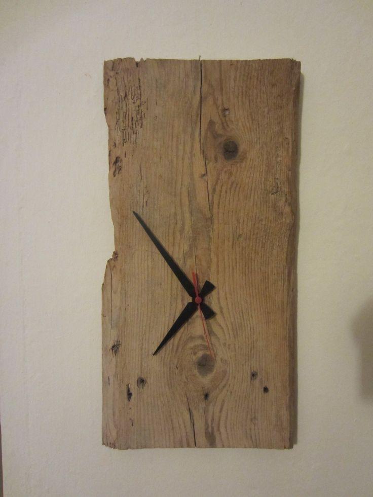 Orologio ricavato da asse in legno recuperata dalla demolizione di un fabbricato del '600