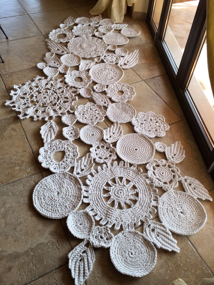 Tappeto in fettuccia bianco a fiori