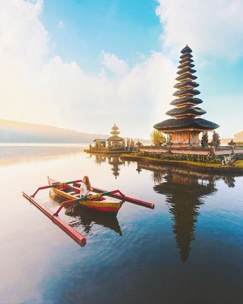 U l u n D a n u B r a t a n T e m p l e . . Photo by @sophiapope Photo location : Ulun Danu Bratan Temple Candikuning Village Baturiti Tabanan Bali . . Ulun Danu Bratan Temple is an iconic Hindhu temple and an important water complex on the shores of Lake Bratan. It will take around 90 minutes drive from Denpasar to come here. It is such an icon as it is also depicted on the previous version of Indonesian Rp 50.000 bank note! Please wear thicker clothings when you come here as the weather is…