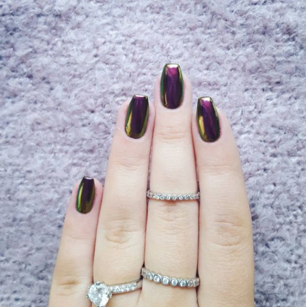 Esas uñas cromadas que tanto nos enamoraron hace unos años, volverán con todo. | 12 Tendencias de belleza que todo mundo llevará este año