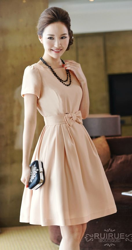 Love this vintage inspired dress with the black necklace and clutch. Along with the neat hairstyle just makes this outfit seem more classic.
