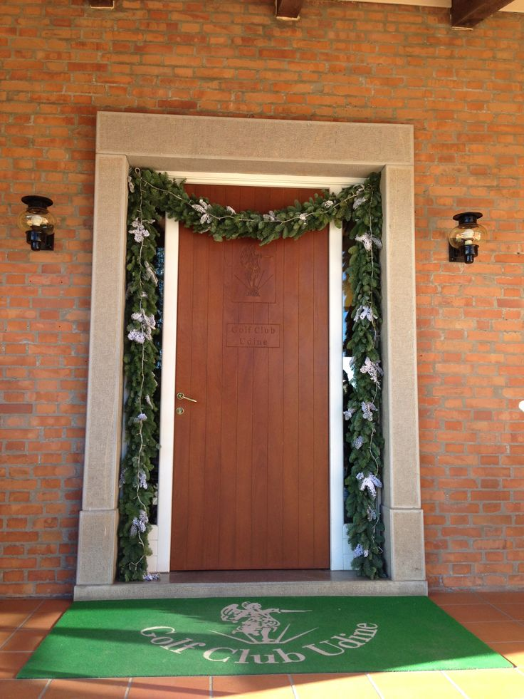 Door with Christmas decorations at the Golf Club Udine