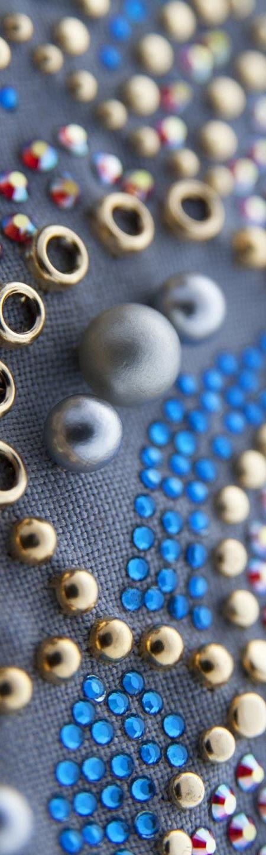 Strass termoadesivi blu acciaio e rosso rubino con con borchie graffate e perle in ABS