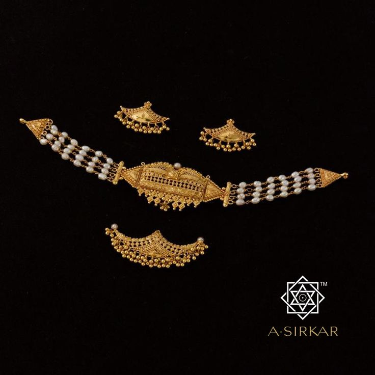 Chinnada Ambari Choker : The golden elephant-seat on which the tutelary deity of Mysore, Goddess Chamundeswari, is carried in procession becomes the focal point in this delicate but very ornamental choker. The lower part reflects the elephant's head-ornament and detaches from the central panel to be worn as a pendant or eye-catching tickly/maang tika. Part of our Convertibles collection, it comes with matched pashas, all meticulously handcrafted in 22K rich yellow gold.