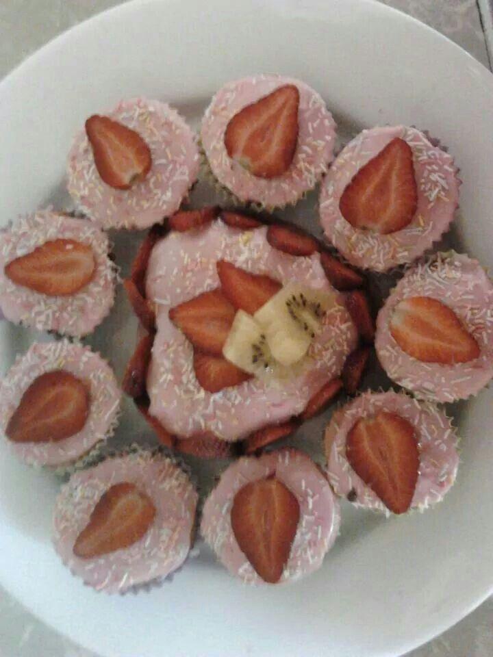 Strewberry sponge cakes.