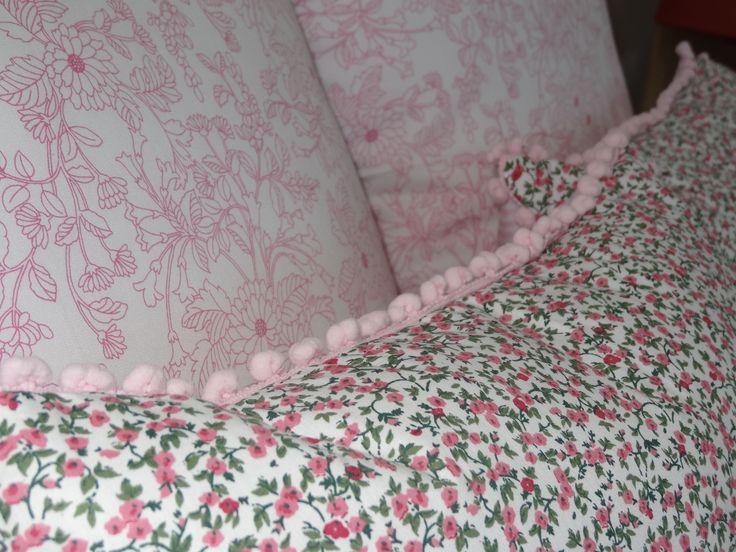 Detalhe almofada 35x45, em patchwork, com franja em pompom.