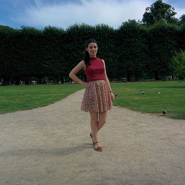 ©brunroliver The Danish summer is so nice! ☀🌷🌻 Is fun to see the same place once covered in snow, now so green and full of flowers! . . . #outfit #ootd #summer #flowers #park #skirt