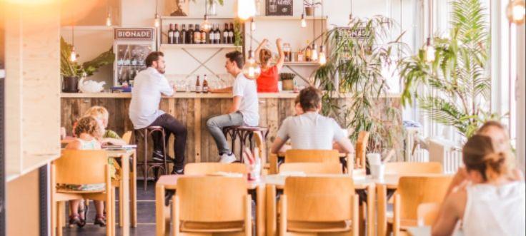 BiBB is de naam van de voorlopig enige rooftop tapasbar in Gent. In deze bar kan je een hele waaier aan dingen doen. Denk aan sippen van een lekkere cocktail (geshaket door Matthias Soberon), lekker dansen op ronkende beats van hippe dj's of rustig genieten van een gastronomische maaltijd met enkele van je beste maatjes. Dit weekend (8-9 juli) staat het openingsweekend gepland.