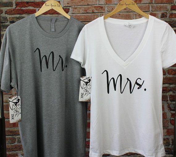 MR et Mme chemise ensemble Cette liste est pour deux en coton haut de gamme et polyester chemises. Vous recevrez un deep v-Neck shirt femme et chemise à encolure ras du cou pour un homme. Ces chemises fabuleux font le cadeau parfait pour les jeunes mariés ! Note : Chemises femmes sont moulante, donc si vous souhaitez un plus lâche, s'il vous plaît taille. COULEURS DE FEMMES DE CHEMISE/TEXTE : -------------------------------------------- Blanc/noir Heather Gray/Black COULEURS DE CHEMISE/T...