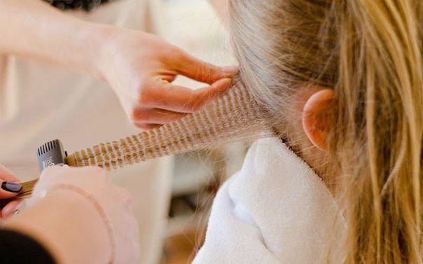 Очень красивая прическа для девочки! Проста в исполнении, но смотрится очень даже эффектно. Коса, как у принцессы Жасмин, – отличное решение для девчонок с длинными и тонкими волосами. Да, такую объемную косу можно заплести даже из тонких волос. Для этого необходим только утюжок-гофре. Итак, приступим к заплетанию: Чистые и сухие волосы хорошо расчесываем. Затем каждую прядку гофрируем по всей длине. Начинаем с нижней части головы и продвигаемся к верху. Детские волосы достаточно нежные…
