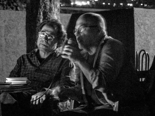 Vasco Szinetar y Esso Álvarez conversando sobre sus archivos fotográficos, en el marco de la exposición Archivo Fotográfico Félix Molina. Foto: Jorge Luis Santos. Caracas, 14/4/15.